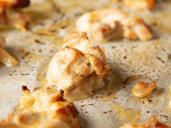 チキンはひとつひとつオーブンで焼いてからカレーと合わせます。